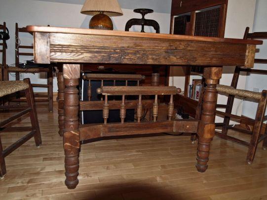 Vue du piètement, table ancienne.